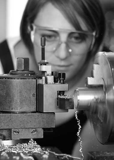 Junge Frau vor Drehstock als Symbolbild für Praktikum